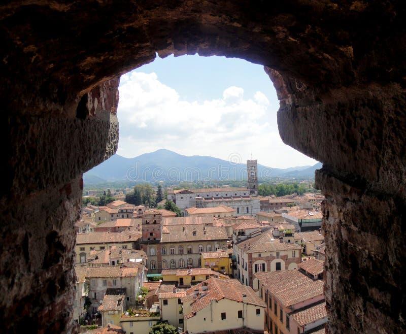 Visión desde la torre de Guinigi en Lucca Toscana Italia imagenes de archivo