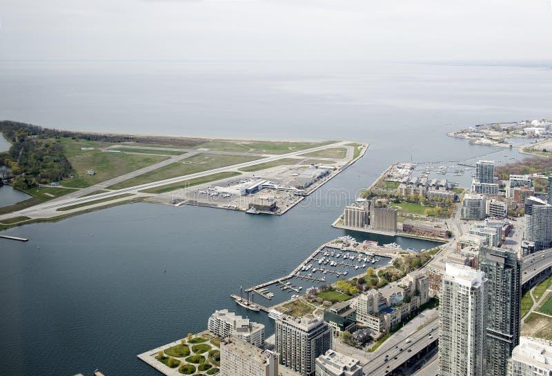 Visión desde la torre del NC al aeropuerto del centro de ciudad de Toronto fotografía de archivo