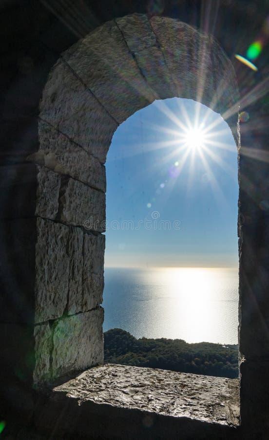Visión desde la torre en la montaña de Akhun Rayos de Sun sobre el Mar Negro y el cielo azul brillante Sochi, Rusia fotos de archivo libres de regalías