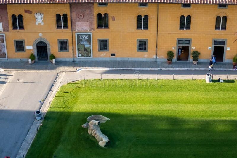 Visión desde la torre inclinada de Pisa: Angel Angelo Caduto caido Toscana, Italia fotografía de archivo