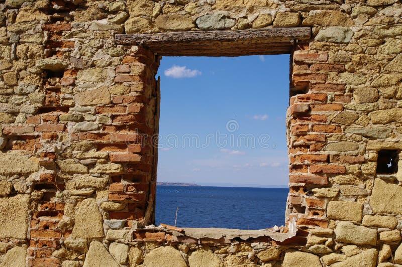 Visión desde la ventana al mar imagen de archivo