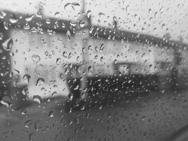 Visión desde la ventana de la ciudad áspera imagen de archivo