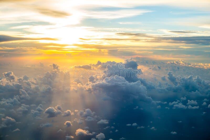 Visión desde la ventana de un aeroplano fotos de archivo