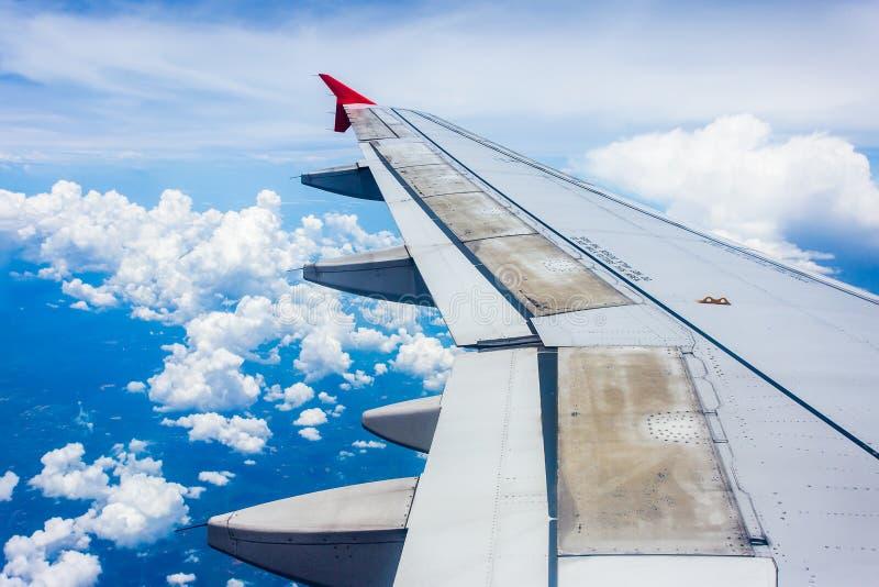 Visión desde la ventana del aeroplano para ver el cielo el tiempo de la tarde foto de archivo libre de regalías