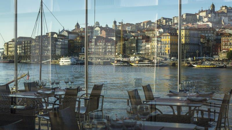 Visión desde la ventana del terraplén Ribeira del restaurante en la ciudad vieja de Oporto imágenes de archivo libres de regalías