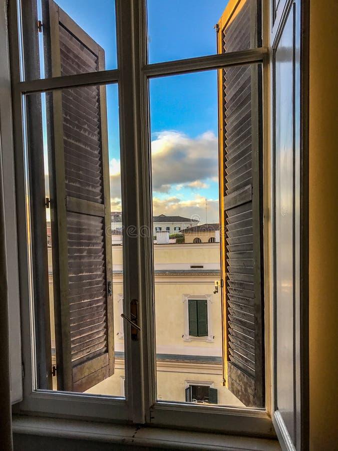 Visión desde la ventana romana del hotel, mañana imagen de archivo