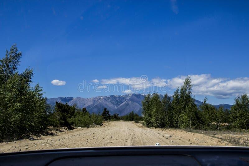Visión desde la ventanilla del coche de еру en las montañas imagenes de archivo