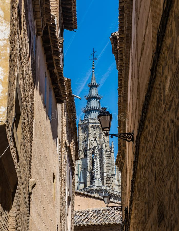 Visión desde las calles antiguas del chapitel de Toledo Cathedral en Toledo, España imagenes de archivo
