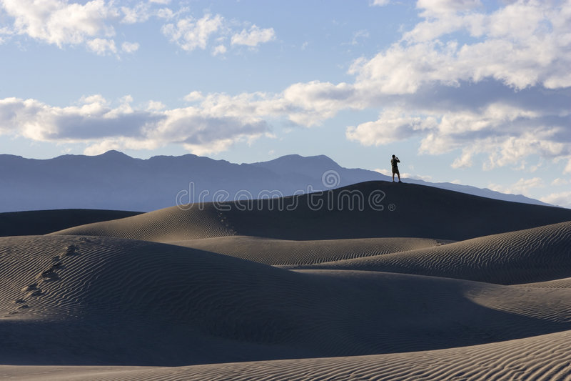 Visión desde las dunas de Death Valley foto de archivo