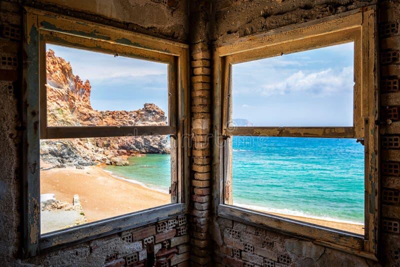 Visión desde las minas de azufre abandonadas de Theiorichia a la playa, Milos isla, Cícladas, Grecia foto de archivo libre de regalías