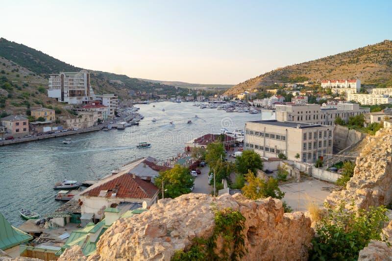 Visión desde las montañas al Balaklava de igualación, verano, Crimea imágenes de archivo libres de regalías