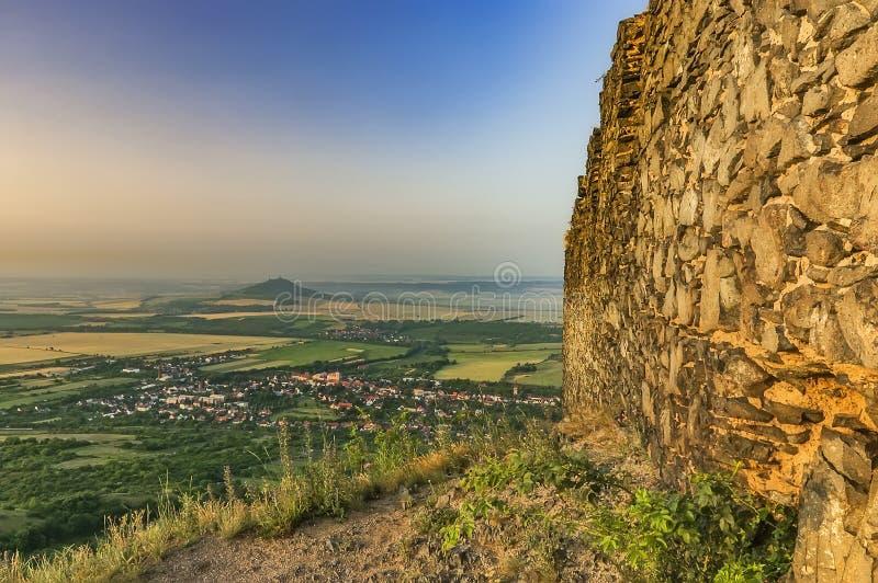 Visión desde las ruinas del castillo de Kostalov fotos de archivo libres de regalías