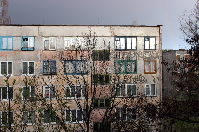 Visión desde las ventanas en las cercanías de la ciudad imagen de archivo
