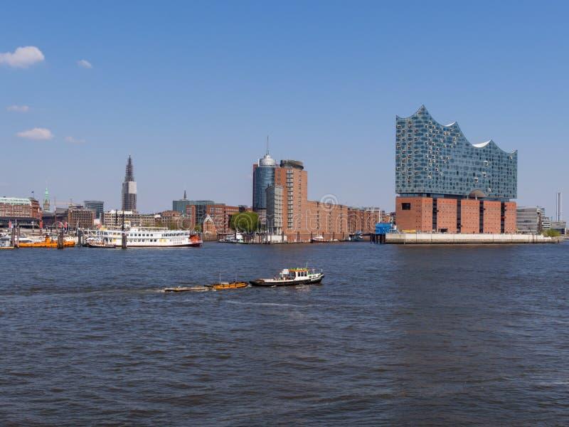 Visión desde los bancos meridionales del río Elba en el puerto y Hafencity de Hamburgo imagenes de archivo