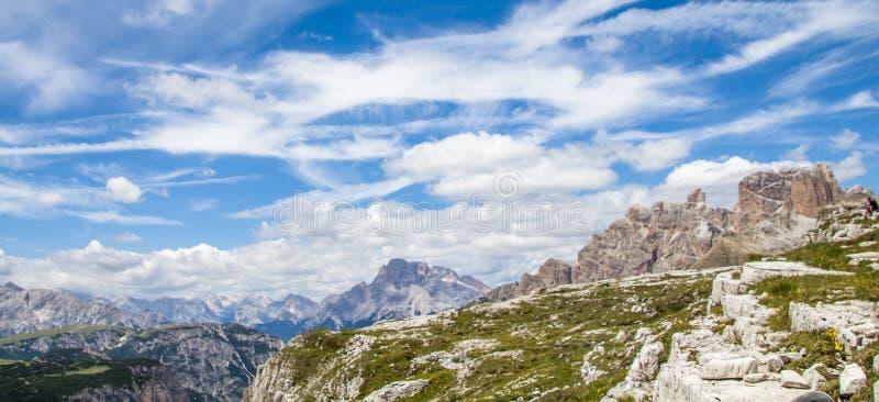 Visión desde los tres picos del italiano de Lavaredo: Tre Cime di Lavaredo, en las dolomías de Sexten del noreste yo fotografía de archivo
