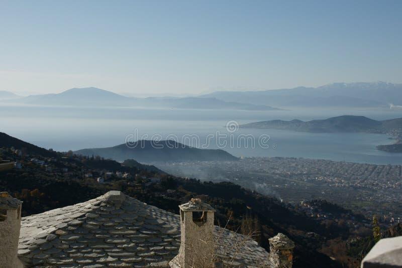 Visión desde Makrinitsa, un pequeño pueblo en Volos, Grecia fotos de archivo