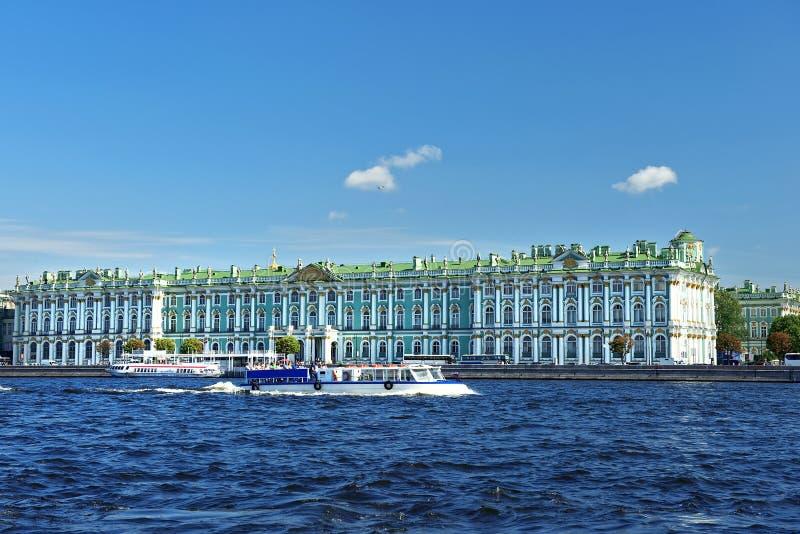 Visión desde Neva River en el museo de ermita, St Petersburg imágenes de archivo libres de regalías