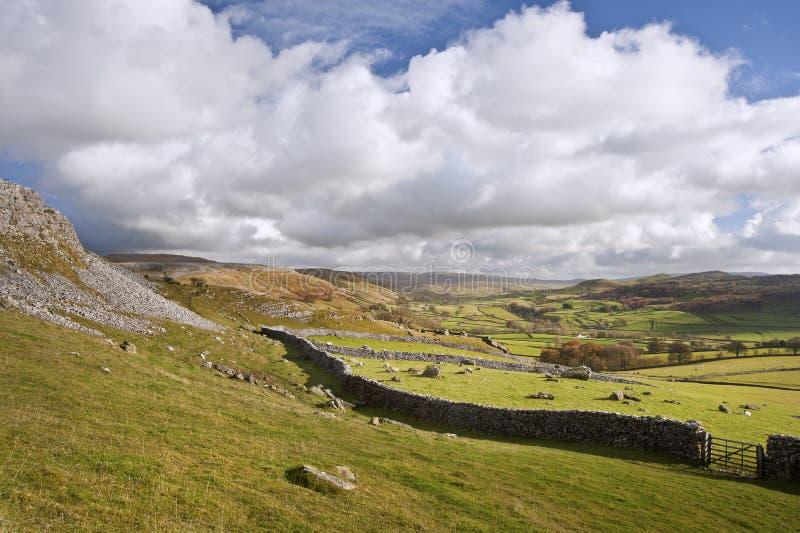 Visión desde Norber Erratics abajo Wharfe Dale en los valles de Yorkshire fotos de archivo libres de regalías
