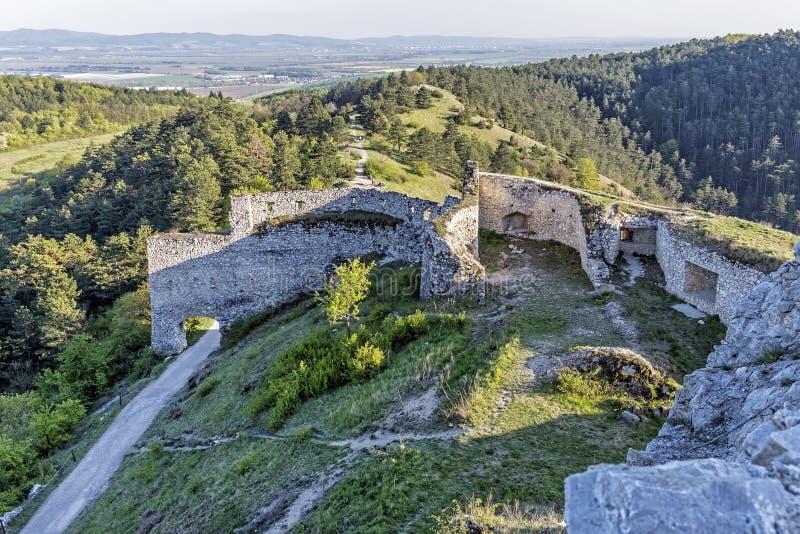 Visión desde ruinas del castillo de Cachtice, Eslovaquia fotografía de archivo libre de regalías