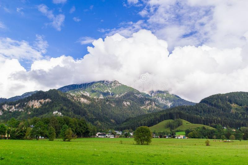Visión desde Saalfelden en Austria en la dirección de Berchtesgaden imagen de archivo libre de regalías