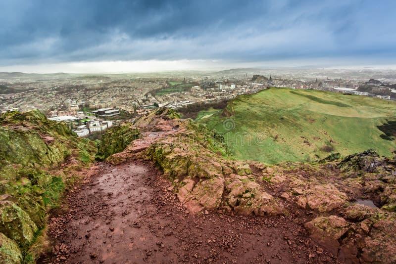 Visión desde Seat de Arturo a Edimburgo en día lluvioso fotografía de archivo libre de regalías
