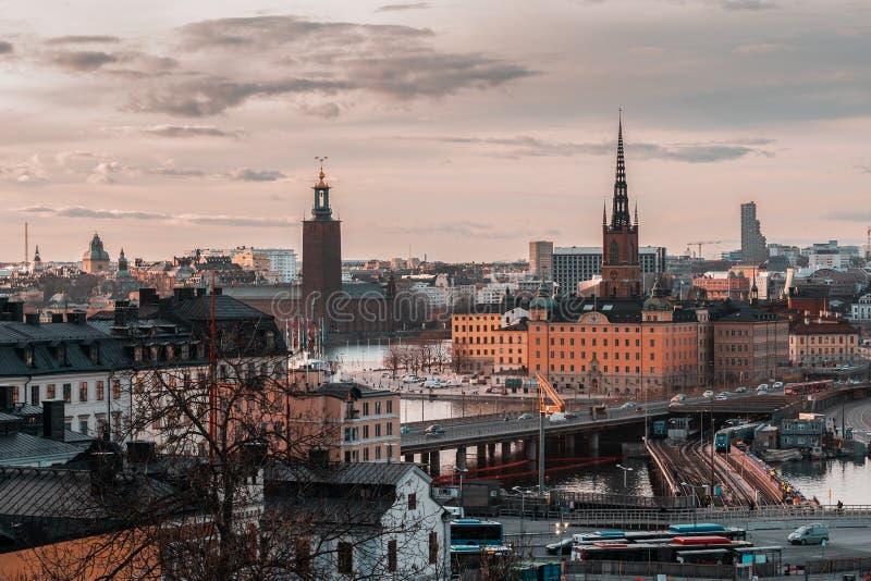 Visión desde Slussen en la puesta del sol hacia Riddarholmen y ayuntamiento, Estocolmo Suecia imagenes de archivo