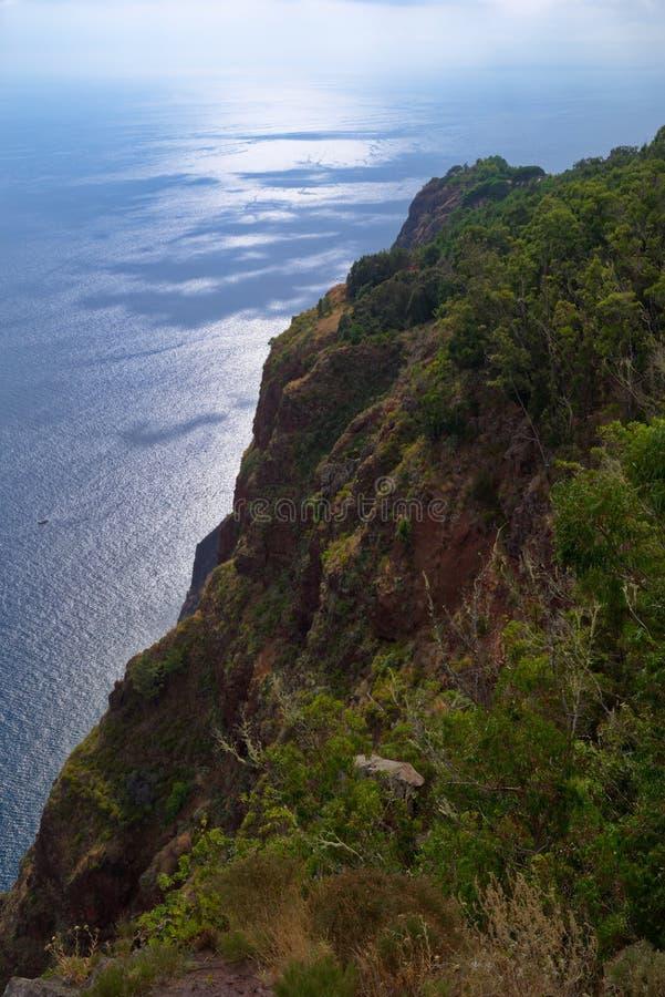 Visión desde sobre el océano de Cabo Girao en Madeira imagen de archivo libre de regalías