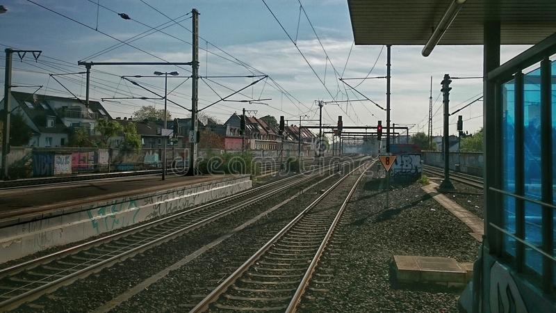 Visión desde trainstation Ehrenfeld en Colonia hacia los ferrocarriles imágenes de archivo libres de regalías