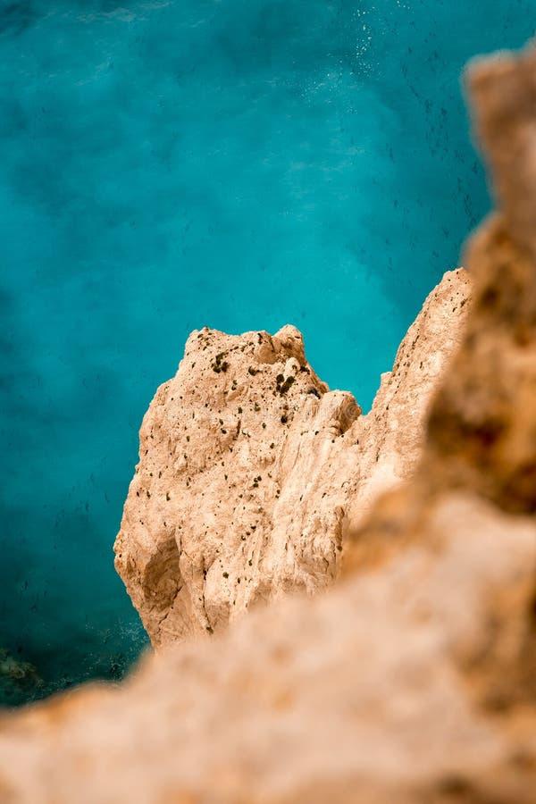 Visión desde un acantilado vertical por el mar imagenes de archivo