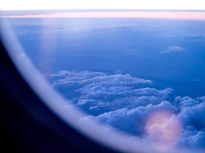 Visión desde un aeroplano cerca de la puesta del sol foto de archivo