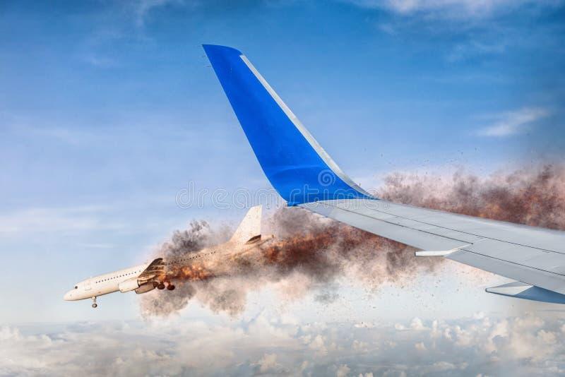 Visión desde un avión a un avión ardiente fotos de archivo