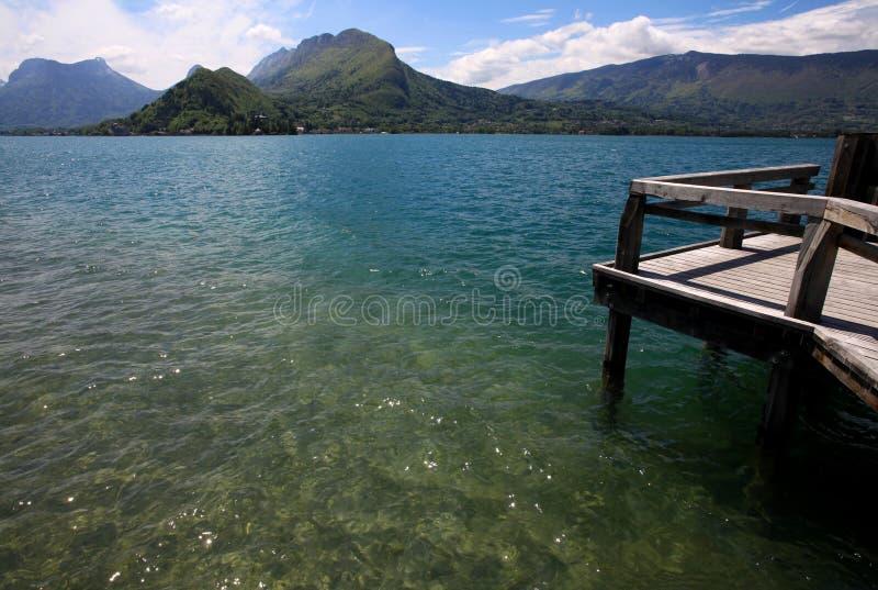 Visión desde un embarcadero de madera sobre el lago Annecy foto de archivo libre de regalías