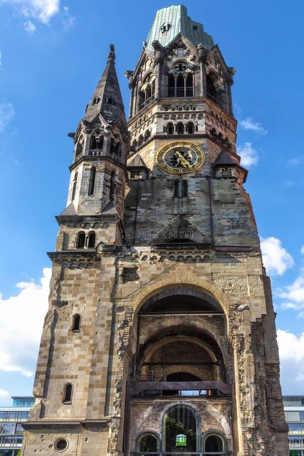 Visión desde un punto de vista bajo en Kaiser Wilhelm Memorial Church, una de las vistas más importantes de Berlín imágenes de archivo libres de regalías