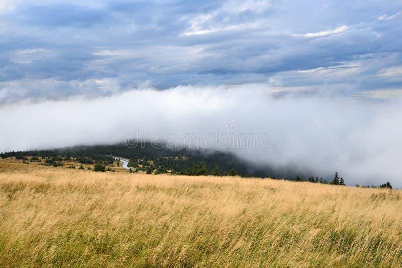 Visión desde una alta montaña con el cielo y las nubes cubiertos imagenes de archivo