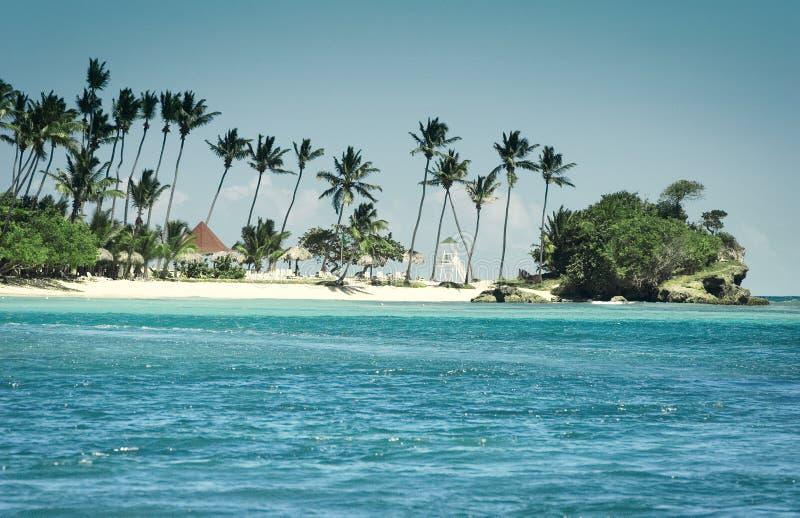 Visión desde una bahía a una isla caribeña foto de archivo libre de regalías
