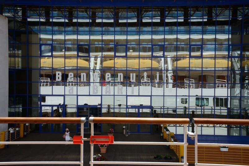 visión desde una nave del terminal de la travesía en Bari con una pared hecha del espejo que refleja el barco de cruceros de Cost foto de archivo