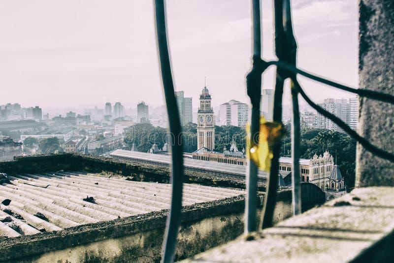 Visión desde una ventana lamentable de un edificio viejo dilapidado en San Paolo céntrico fotos de archivo libres de regalías