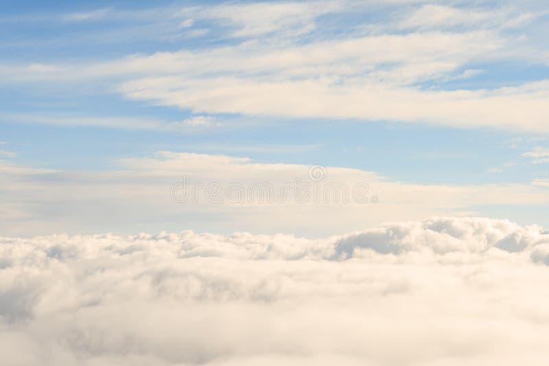 Visión divina alta sobre las nubes del cielo foto de archivo libre de regalías