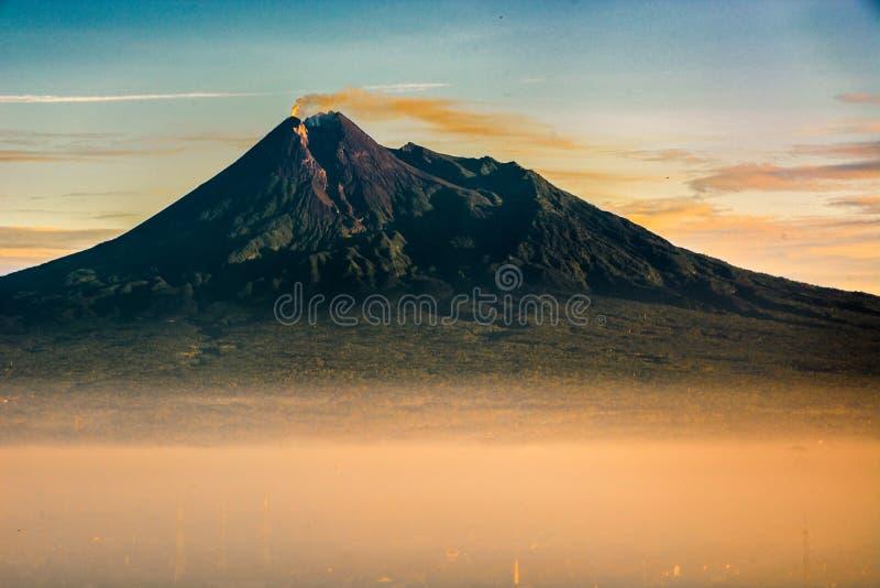 Visión el monte Merapi, Java, Indonesia fotografía de archivo