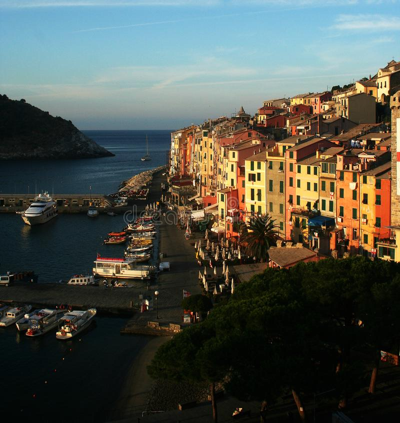 Visión en el amanecer de Portovenere y del puerto con los barcos amarrados, mar, edificios coloridos, árboles fotos de archivo