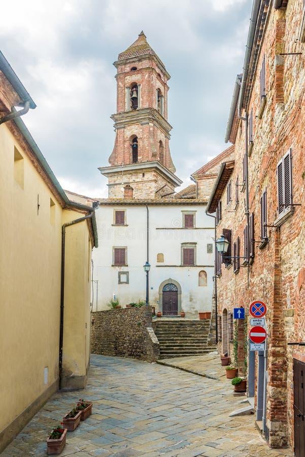 Visión en el campanario de la iglesia del santo Michael Archangel en Lucignano - Italia, Toscana foto de archivo