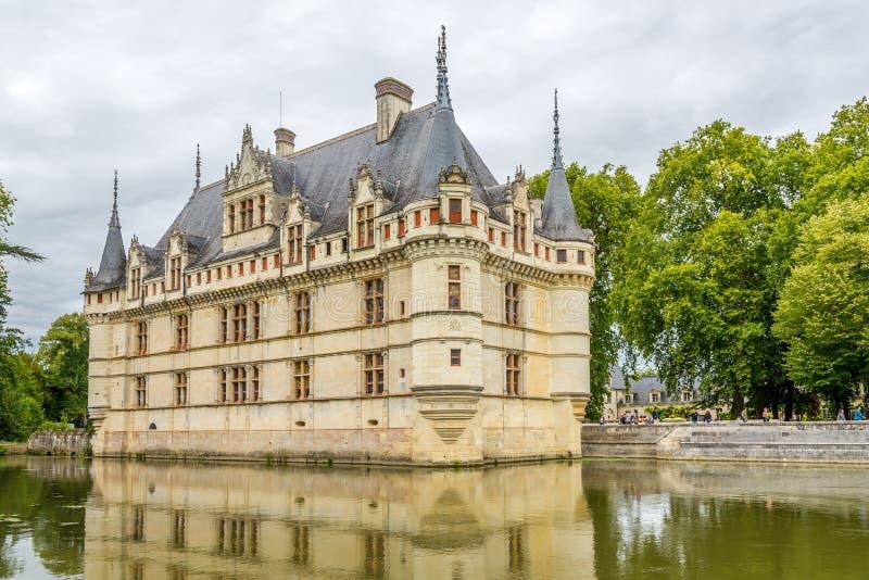 Visión en el castillo francés Azay le Rideau con la fosa imagen de archivo