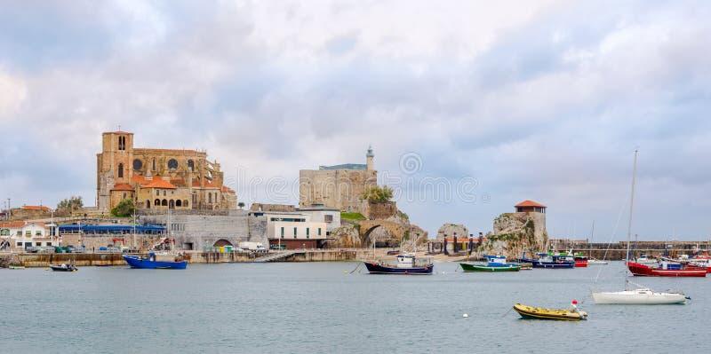 Visión en el castillo y la iglesia viejos de la Virgen María de la suposición en Castro Urdiales - España fotos de archivo