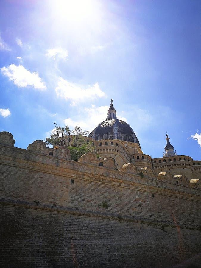 Visión en el centro medieval de Loreto, Italia foto de archivo