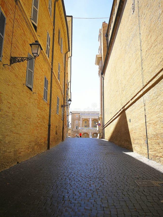 Visión en el centro medieval de Loreto, Italia fotos de archivo