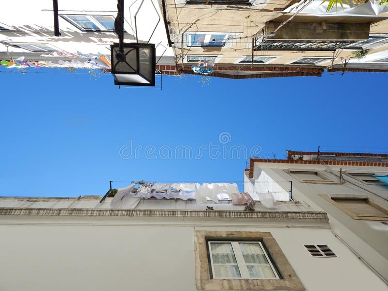 Visión en el cielo azul en un barranco de la calle foto de archivo libre de regalías