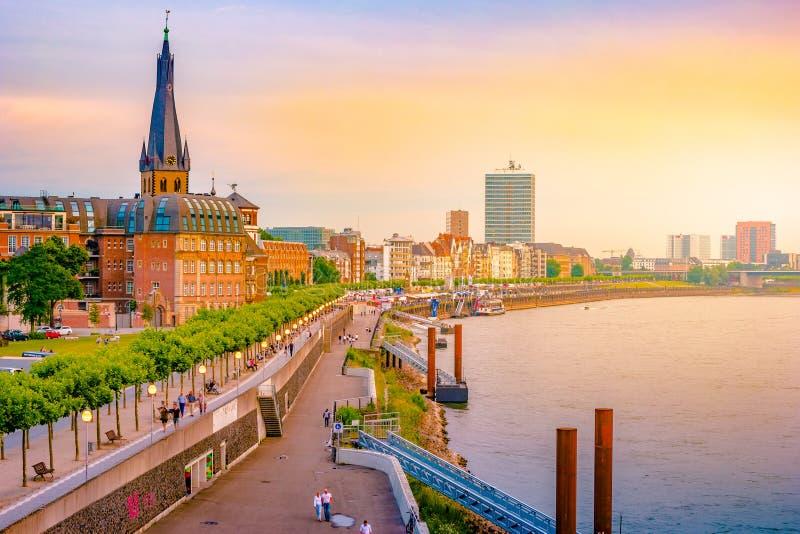 Visión en el horizonte Düsseldorf central del río Rhine, Dusselfdorf Alemania de la ciudad foto de archivo