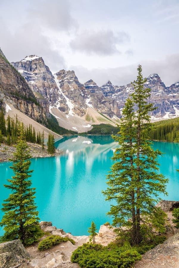 Visión en el lago moraine en canadiense Rocky Mountains cerca de Banff foto de archivo