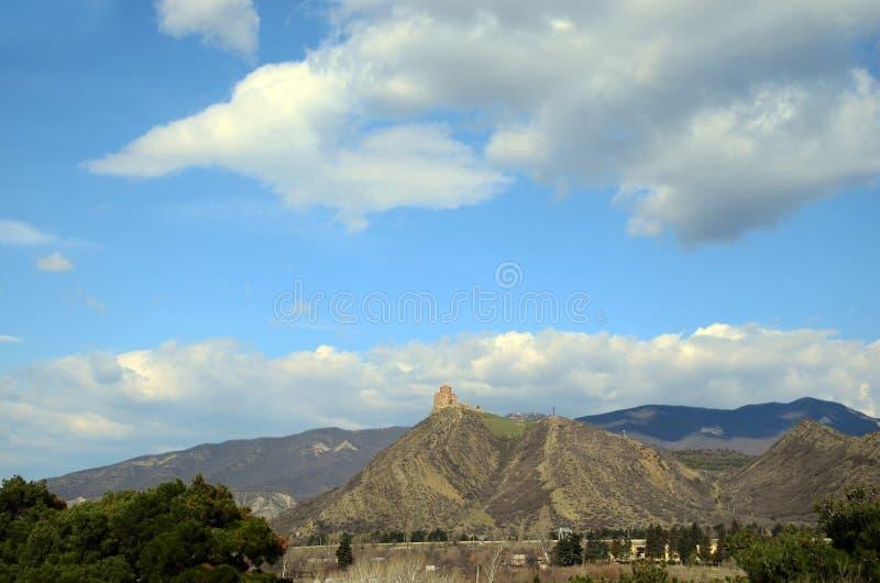 Visión en el monasterio de Jvari contra la perspectiva del cielo nublado Mtskheta, Georgia imagen de archivo