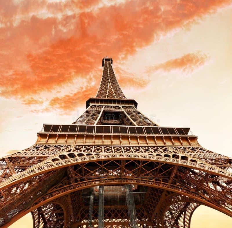 Visión en el pie de la torre Eiffel. fotografía de archivo